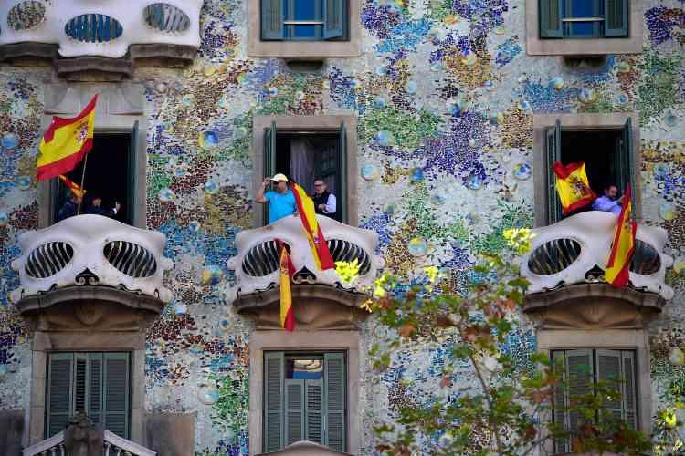 Des drapeaux ont été brandis sur les balcons de la célèbreCasa Batllo, conçue par Antoni Gaudi, une des icônes de Barcelone.