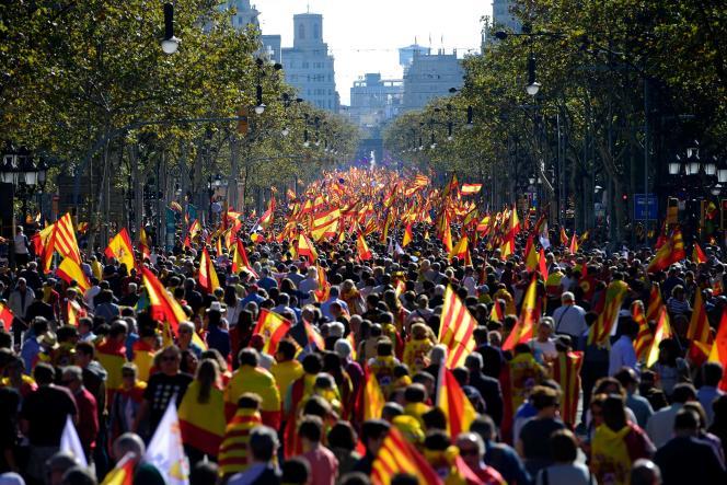 Des milliers de personnes étaient réunies dimanche 29 octobre à Barcelone contre l'indépendance de la Catalogne.