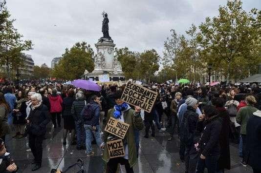 Environ 200 manifestants se sont rassemblés dimanche place de la République à Paris.
