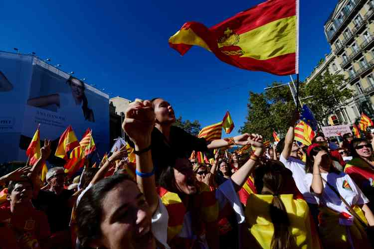 Parmi les slogans scandés par les manifestants, certains s'en prenaient au président destitué de la Catalogne : «Puigdemont en prison».