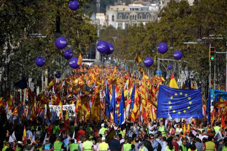 De nombreux drapeaux européens étaient visibles dans le cortège de la manifestation contre l'indépendance de la Catalogne.