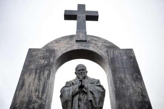 Mercredi, le Conseil d'Etat a confirmé l'injonction, prononcée en première instance, de retirer une croix surplombant une statue du pape Jean Paul II, installée sur une place de la commune de Ploërmel, dans le Morbihan.