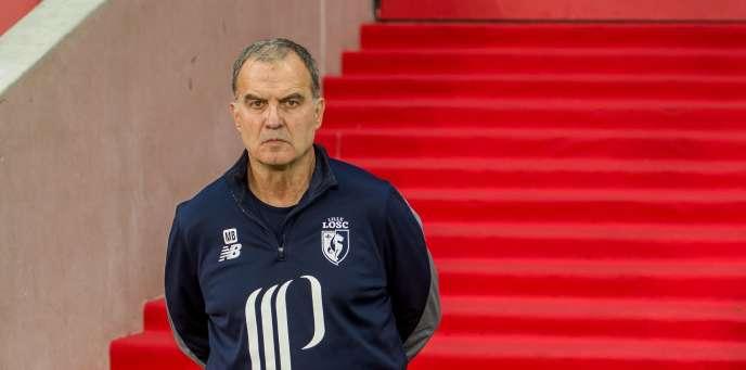 L'entraîneur du LOSC, Marcelo Bielsa, descend le tapis rouge, le 29octobre 2017, à Lille.