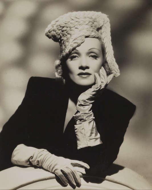 J'ai choisi cette photo de couverture pour deux raisons: la première étant que je cherchais une image frontale de Marlene, où Marlene vous interpelle du regard. Et la seconde raison est que j'ai trouvé une photo qui n'était pas connue. De plus, le physique de Marlene est celui d'une femme de 40ans célèbre et maîtrisant parfaitement son image. On la reconnaît immédiatement.
