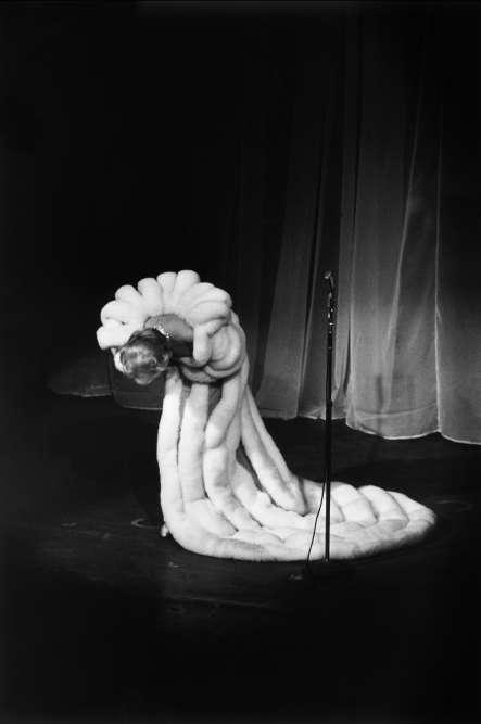 J'ai choisi cette photo intemporelle pour la bannière extérieure de la MEP. L'idée que Marlene remercie son public, qui vient la découvrir ou la redécouvrir, m'amuse. C'est extrêmement graphique, comme une calligraphie blanche sur fond noir. Quand j'ai commandé cette photo en grand tirage à François Gragnon à travers sa fille Julia, il a dit à un ami commun: «C'est incroyable, y a un dingue qui m'a commandé un énorme portrait de Marlene Dietrich. »