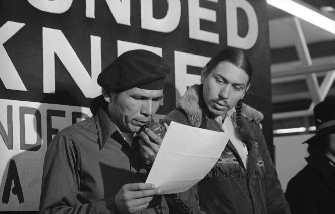 Dennis Banks (à gauche), à Wounded Knee, le 18 mars 1973.