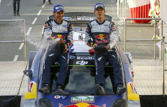 Sébastien Ogier, ici avec son copilote Julien Ingrassia, a conquis un cinquième titre consécutif, dimanche29 octobre, au pays de Galles.