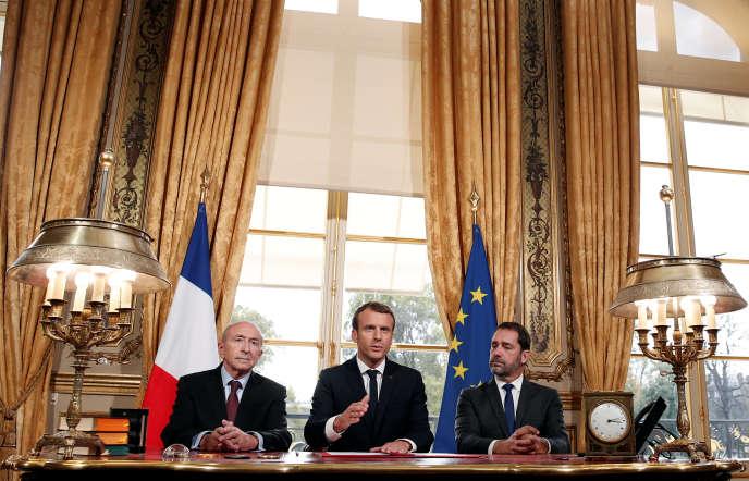 De gauche à droite : Gerard Collomb, Emmnauel Macron et Christophe Castaner, le 30 octobre à l'Elysée, à Paris, lors de la signature par le chef de l'Etat de la nouvelle loi antiterroriste.