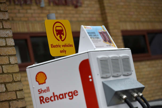 «En France, en 2050, la part de l'électricité pourrait s'élever à près de 50 % de la consommation totale d'énergie selon NegaTep, à 38 % selon l'ADEM, alors qu'elle en représentait 24 % en 2011» (Photo: station de recharge à Londres).