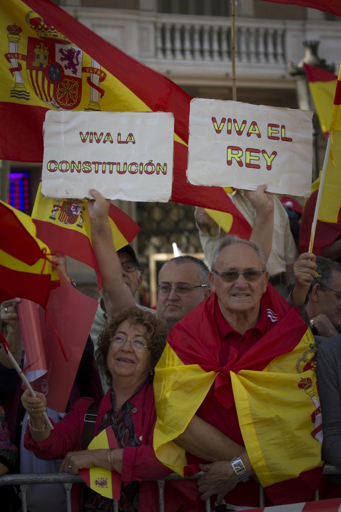«Vive la constitution, vive le roi» en espagnol. La manifestation des anti-indépendantistes a rassemblé de 300 000 à un million de personnes, à Barcelone, le 29 octobre.