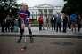 Un homme déguisé en Donald Trump et portant le maillot de l'équipe russe de hockey manifeste devant la Maison Blanche, le 29 octobre.
