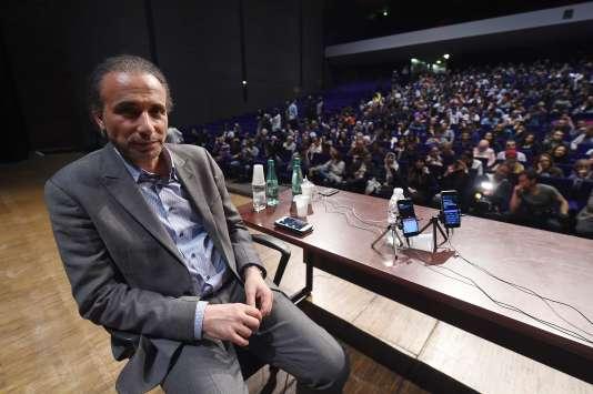 Tariq Ramadan, 55 ans, petit-fils du fondateur de la confrérie égyptienne islamiste des Frères musulmans, et brillant orateur, bénéficie d'une forte popularité dans les milieux musulmans conservateurs.