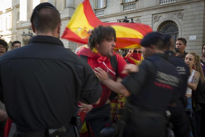 En fin de cortège, des manifestants espagnols d'extrême droite défient la police catalane devant le palais du gouvernement catalan dissous, le 29 octobre.