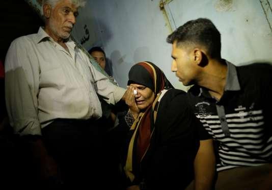 Une femme palestinienne en pleurs, devant la morgue de l'hôpital de Deir el-Balah, où sont conservés les morts après l'explosion du tunnel.