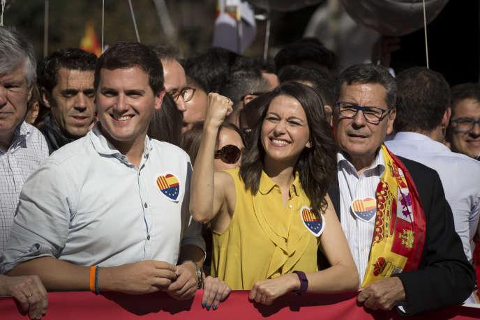 Albert Rivera (à gauche) et Ines Arrimadas, du parti centriste Ciudadanos, lors de la manifestation contre l'indépendance de la Catalogne, à Barcelone, le 29 octobre.