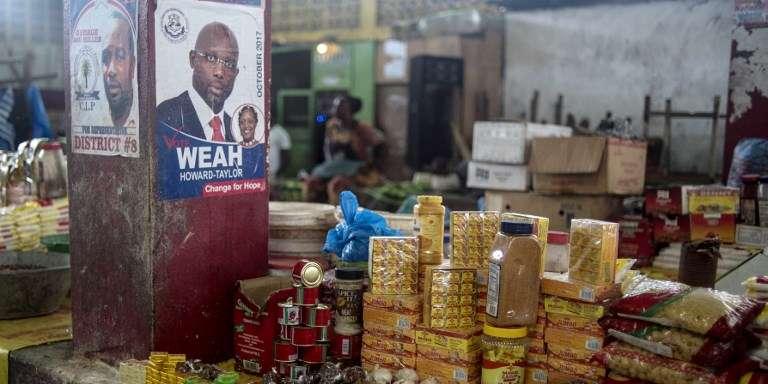 Le candidat George Weah doit affronter le vice-président sortant Joseph Boakaï au second tour de la présidentielle libérienne, le 7 novembre 2017.