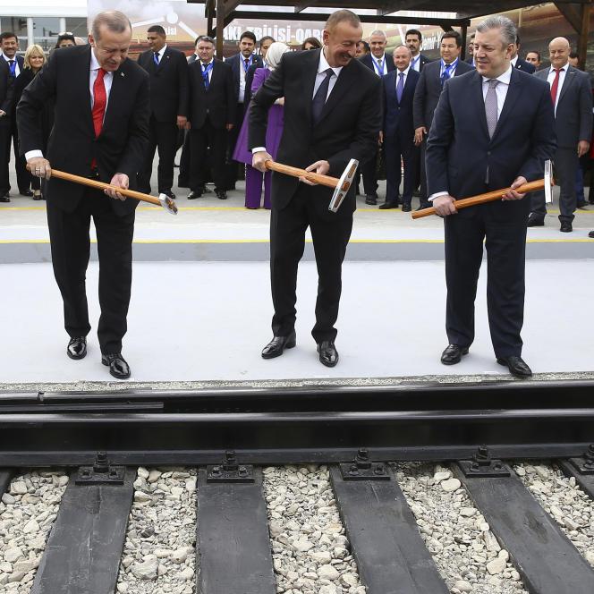 Le président turc, Recep Tayyip Erdogan, son homologue azerbaïdjanais, Ilham Aliyev, et le premier ministre géorgien Giorgi Kvirikashvili,inaugurent la ligne de chemin de fer Bakou-Tbilisi-Kars à Bakou, le 30 octobre 2017.