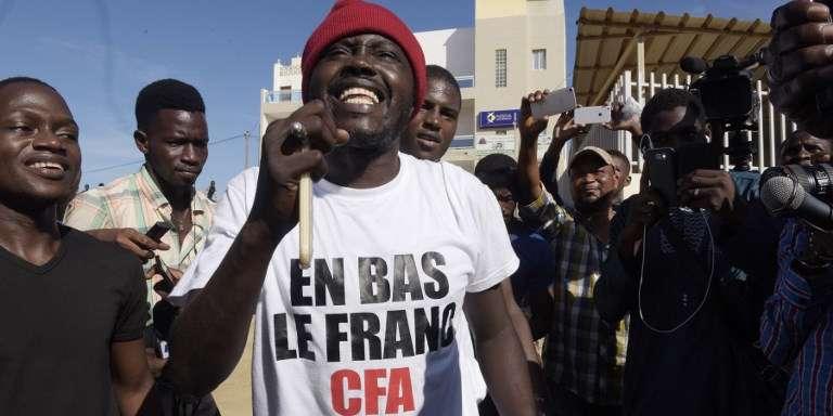 Des supporteurs du militant franco-béninois Kémi Séba après la libération de ce dernier de la prison de Rebeuss, à Dakar, le 29 août 2017.