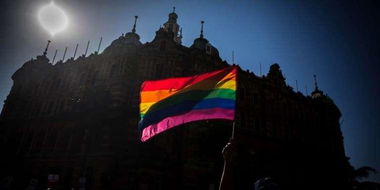 Le drapeau international représentant la communauté lesbienne, gay, bisexuelle et ransgenre (LGBT). Ici à DUrban, en Afrique du Sud, lors de la Gay Pride de 2017.