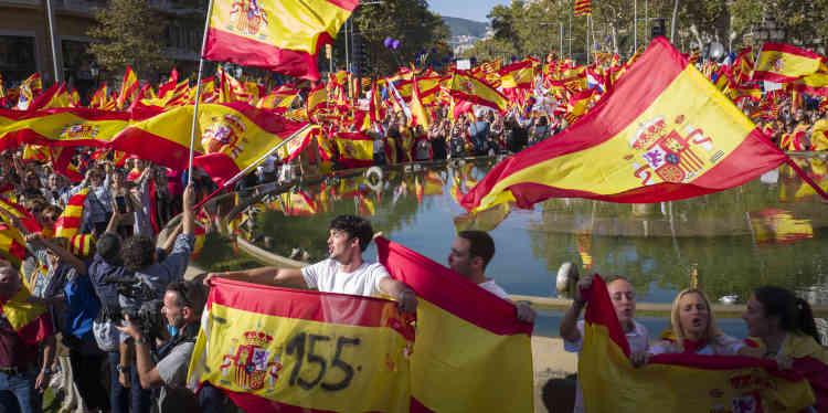 Dimanche, ils étaient 300000 dans les rues selon la police catalane, plus de 1million selon les autorités espagnoles, avec un espoir: queles élections annoncées par Mariano Rajoypour le 21décembre permettent à la Catalogne de«rétablir le vivre-ensemble».