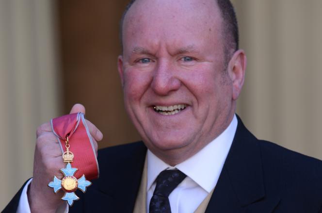 Ian Linvingstone décoré de l'ordre de l'Empire britannique, au palais de Buckingham, à Londres, le 12mars 2013.