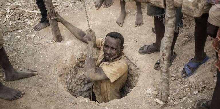 Un homme sort d'une mine illégale de saphirs située dans les environs de Sakaraha (Madagascar).