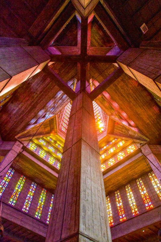Dans l'église Saint-Joseph du Havre, 6 500 verres colorés filtrent la lumière extérieure.