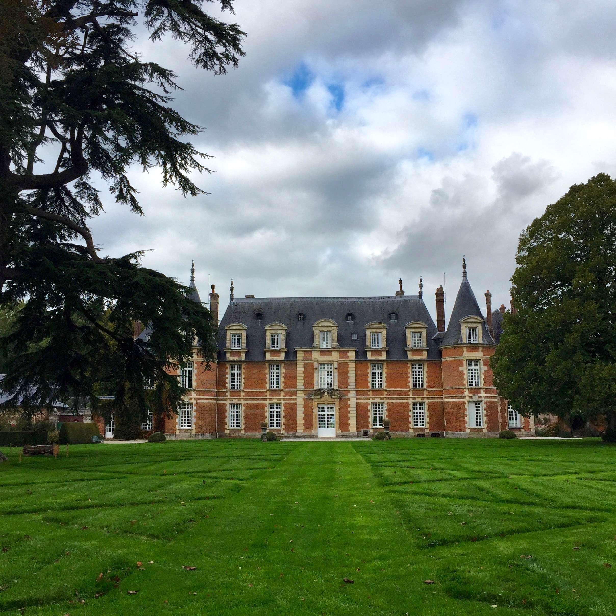Le château de Miromesnil, à Tourville-sur-Arques, berceau de Guy de Maupassant, vu depuis le parc.