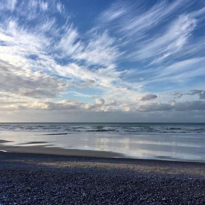 A Veules-les-Roses, la lumière est magique sur la plage de galets en fin de journée.