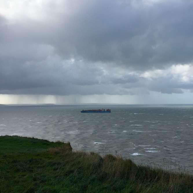 Le Cap de la Hève est un site naturel protégé en haut des falaises de Sainte-Adresse, d'où l'on peut observer les supertankers qui rejoignent le port du Havre.