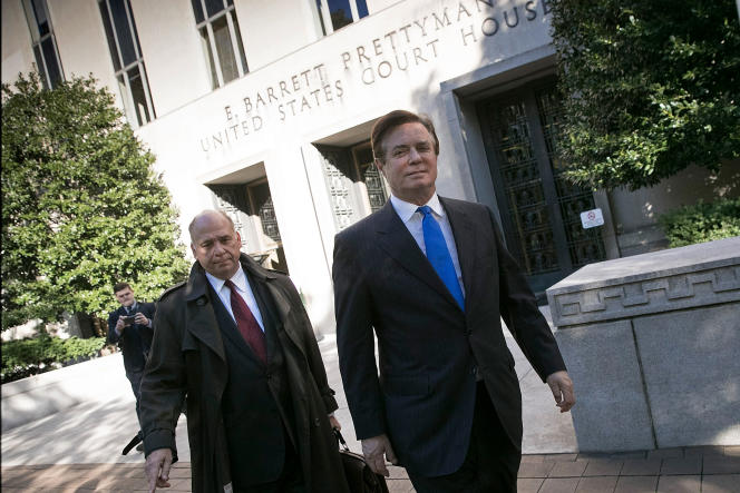 L'ex-directeur de campagne de Donald Trump, Paul Manafort (à droite), à la sortie du tribunal fédéral de première instance de Washington, lundi 30octobre.