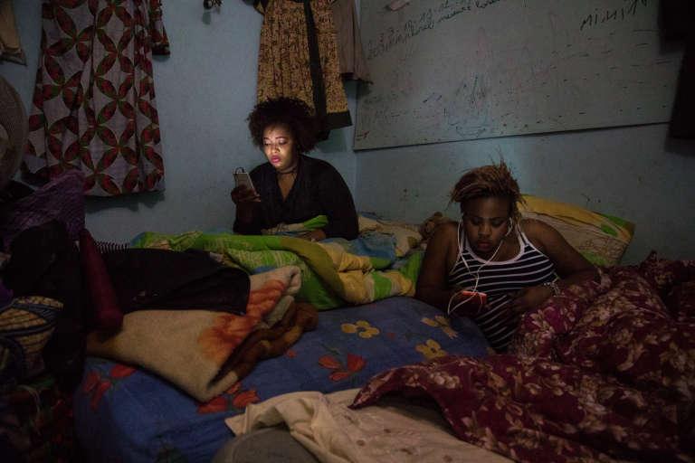 Les femmes migrantes sont particulièrement fragilisées, car trouverdu travail est encore plus compliqué que pour les hommes. Pour survivre, elle coiffent ou cuisinent pour les autres.