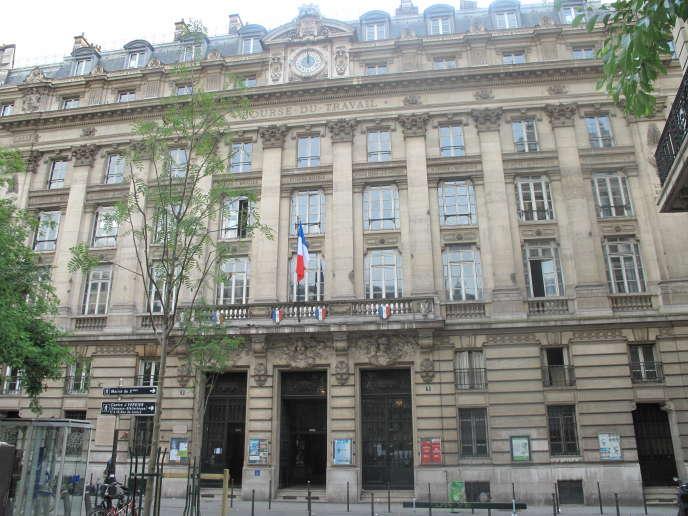 «Le choix de procéder en une fois aux baisses d'impôt sur le capital est économiquement rationnel, mais suscite inévitablement un questionnement sur l'équité de la stratégie» (La Bourse du travail, à Paris).