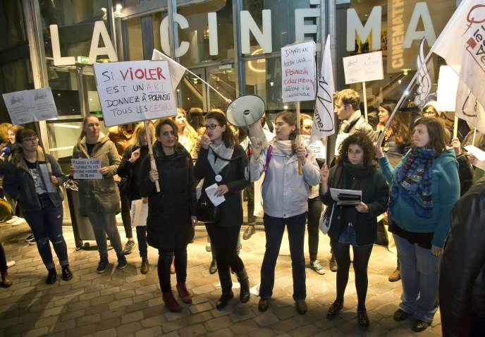 Des féministes manifestent devant la Cinémathèque française à Paris le 30 octobre 2017 pour réclamer l'annulation de la rétrospective de Roman Polanski, accusé de viol.