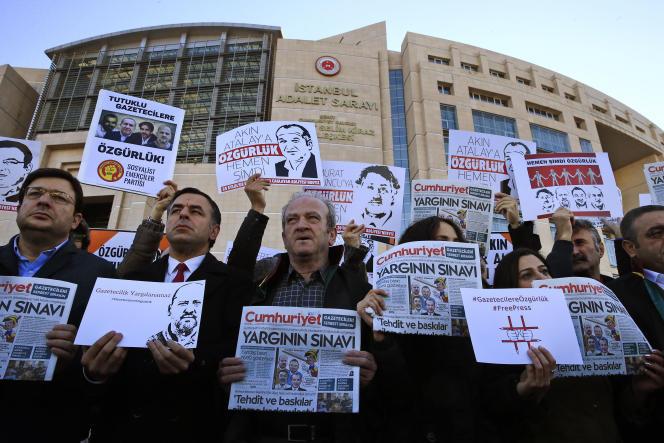 Lors d'une manifestation de soutien aux journalistes de «Cumhuriyet» accusés d'«activités terroristes», devant un tribunal d'Istanbul, le 31 octobre.
