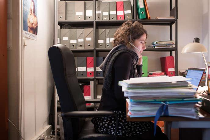 Léa Scarpel, juriste chargée de mission, accompagne les femmes victimes de violences sexuelles au travail.