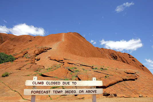 Le chemin parcouru par les touristes a laissé une cicatrice blanche sur le rocher au fil du temps.