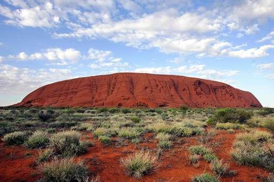 L'ilsenberg Uluru – qui s'élève à348 mètres au-dessus du sol – est situé au centre de l'île principale. Ce site emblèmatique d'Australieest un lieu sacré pour les autochtones.