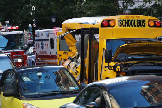 Le bus scolaire touché par l'attaque à la camionnette, mardi 31 octobre, à New York.