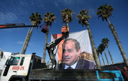 Affiche du président égyptien, Abdel Fattah Al-Sissi, au point de passage de Rafah, au sud de la bande de Gaza,le 1er novembre.