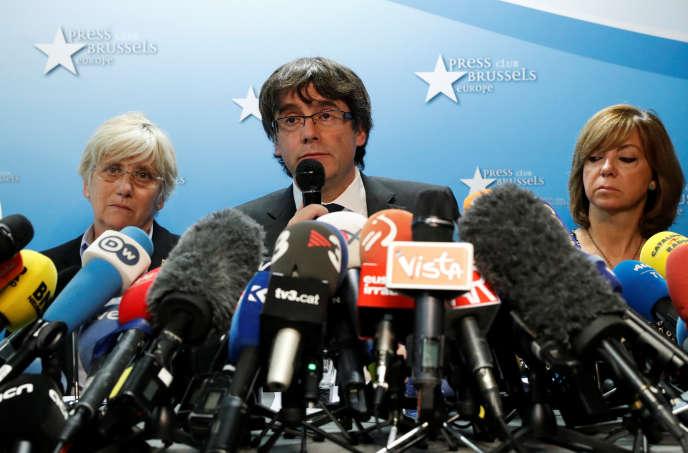 Installé à Bruxelles avec une partie de son gouvernement destitué, M. Puigdemont a expliqué lors d'une conférence de presse mardi qu'il comptait rester en Belgique avec quelques-uns de ses « ministres ».