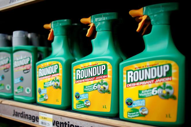 Le désherbant Roundup, commercialisé par Monsanto, dans un magasin de jardinage à Bonneuil-sur-Marne, près de Paris, le 16juin 2015.
