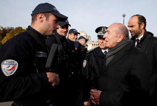 Le ministre de l'intérieur, Gérard Collomb, à la rencontre d'officiers de police à la tour Eiffel, le 1er novembre.