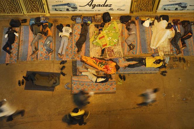 Niamey, le 30 octobre 2017. Les voyageurs attendent le bus qui partira dans la nuit à destination d'Agadez. Depuis l'application de la loi interdisant le passage des migrants vers la Libye, l'économie liée au transport des voyageurs a largement diminué, en particulier sur l'axe Niamey-Agadez.