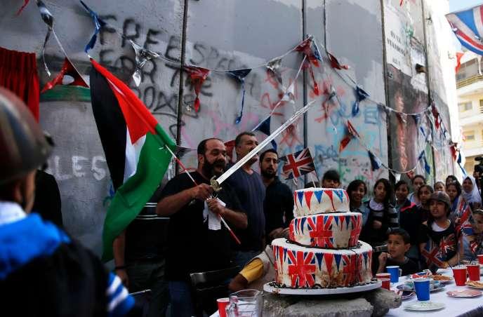 «Cérémonie d'excuses» organisée par l'artiste de rue britannique Banksy, le 1ernovembre, près de Bethléem, devant le mur de séparation érigépar Israël.