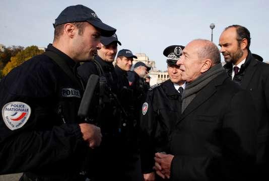 Gérard Collomb, Edouard Philippe et des policiers à la tour Eiffel.