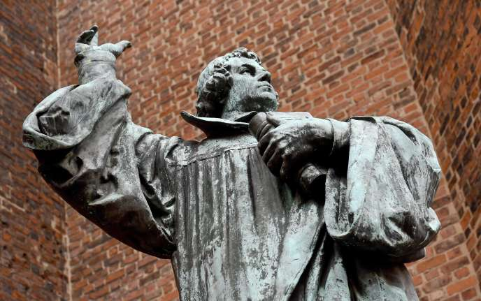 Statue de Martin Luther située devant l'église du marché, à Hanovre (Allemagne).