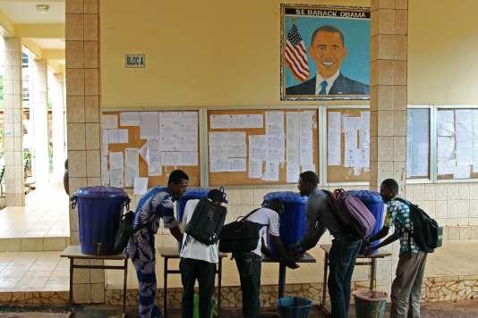 Le 13 juin 2015, en Guinée, à l'université Barack-Obama, principalement fréquentée par des hommes. Dans ce pays d'Afrique de l'Ouest, seules 37 % des femmes adultes savent lire et écrire correctement, contre 56 % chez les hommes, selon l'Unicef.