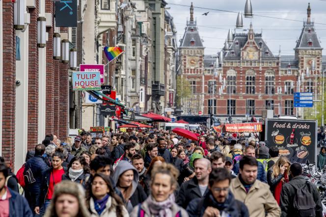 Des touristes visitent le centre-ville d'Amsterdam, le 22 avril 2017.