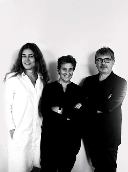 Hala Wardé (au centre) avec Anna Ugolini et Jean-François Bourdet, ses chefs de projet sur le chantier du Louvre Abu Dhabi.